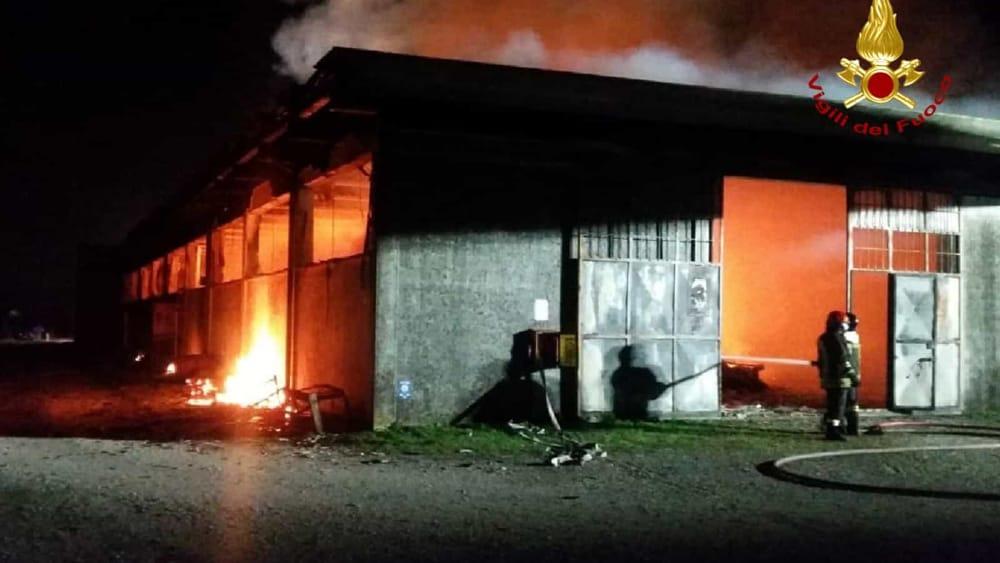 A fuoco il mobilificio: grave incendio nella notte ...